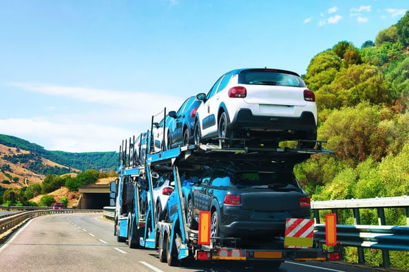 Přeprava automobilu na kamionu